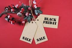 Etiquetas de la venta de Black Friday con las decoraciones de la Navidad Imagenes de archivo