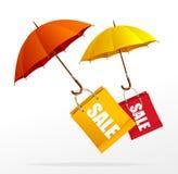 Etiquetas de la venta de la primavera del vector con los paraguas Foto de archivo