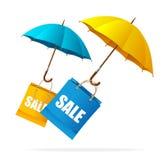 Etiquetas de la venta de la primavera del vector con los paraguas Foto de archivo libre de regalías