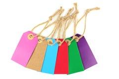 Etiquetas de papel coloridas con la cuerda de lino, aislada en el fondo blanco Fotos de archivo libres de regalías