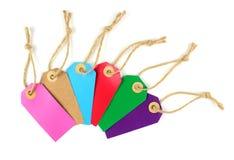 Etiquetas de papel coloridas con la cuerda de lino, aislada en el fondo blanco Fotografía de archivo libre de regalías