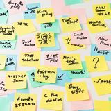 Etiquetas de papel coloridos na parede Imagem de Stock Royalty Free