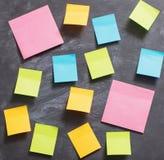 etiquetas de papel da cor no fundo preto Fotos de Stock