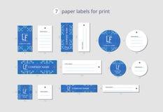 Etiquetas de papel da roupa do vetor para a cópia com os flocos de neve do teste padrão com campo azul Fotos de Stock Royalty Free