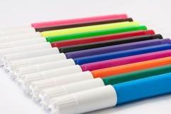Etiquetas de plástico coloreadas en un fondo blanco Imágenes de archivo libres de regalías