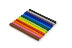 Etiquetas de plástico coloridas fijadas, aislado en blanco. Imagenes de archivo