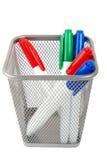 Etiquetas de plástico para la tarjeta blanca en la cesta aislada Fotografía de archivo