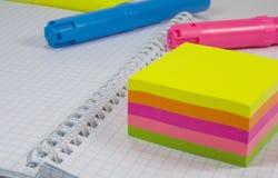 Etiquetas de plástico y notas coloreadas Fotos de archivo libres de regalías