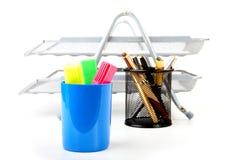 Etiquetas de plástico y plumas en una ayuda Imagen de archivo libre de regalías