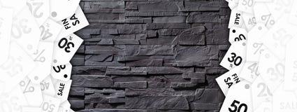 Etiquetas del descuento en textura de la pared de piedra foto de archivo