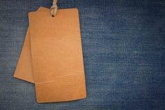 Etiquetas do cartão na sarja de Nimes Imagens de Stock Royalty Free