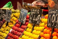 Etiquetas do mercado de fruto com preços Fotografia de Stock Royalty Free