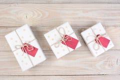 Etiquetas do vermelho dos presentes do White Christmas Imagem de Stock Royalty Free