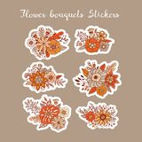 Etiquetas do vetor dos ramalhetes da flor Entregue ornamento florais tirados para etiquetas e projeto das etiquetas ilustração do vetor