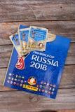 Etiquetas e álbum de Panini para o campeonato do mundo Rússia 2018 do futebol Fotos de Stock