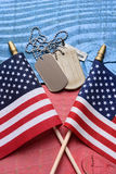 Etiquetas e bandeiras de cão na tabela patriótica Foto de Stock