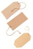 Etiquetas en blanco atadas con la cadena marrón. Imágenes de archivo libres de regalías