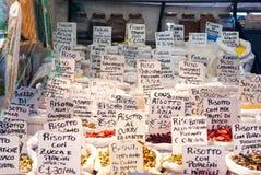 Etiquetas en un mercado de la comida Fotos de archivo