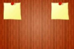 2 etiquetas engomadas amarillas en fondo rojo de tablero de madera del aviso tablero rojo del perno Imagenes de archivo