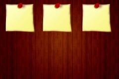 3 etiquetas engomadas amarillas en un fondo del tablero de madera del aviso, tablero del perno de 3 rojos Fotografía de archivo
