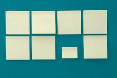 Etiquetas engomadas amarillas en viejo fondo de papel Foto de archivo libre de regalías