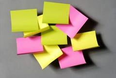 Etiquetas engomadas coloridas en el fondo gris Imagen de archivo libre de regalías