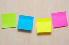 Etiquetas engomadas coloridas en la pared con el lugar para el texto Foto de archivo