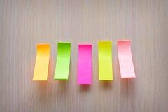 Etiquetas engomadas coloridas pegadas al soporte Imagenes de archivo