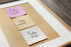 Etiquetas engomadas con NOTICIAS FALSAS de las palabras en el marco, primer fotos de archivo libres de regalías