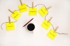 Etiquetas engomadas de las notas para recordar los d?as la semana Notas divertidas con las emociones pintadas, reflejando los d?a fotografía de archivo libre de regalías