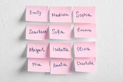 Etiquetas engomadas de papel con nombres diferentes Imagen de archivo