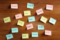 Etiquetas engomadas de papel con nombres diferentes Imagenes de archivo