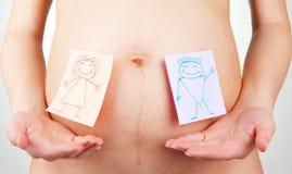 Etiquetas engomadas de papel en el abdomen de la mujer embarazada Fotos de archivo libres de regalías