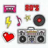 Etiquetas engomadas del arte pop con la grabadora, el casete, el disco de vinilo y otros elementos ilustración del vector