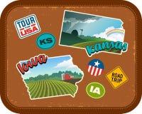 Etiquetas engomadas del viaje de Iowa y de Kansas con paisajes rurales escénicos ilustración del vector