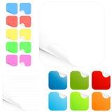 Etiquetas engomadas en blanco y pistas de papel en diversos colores Imagenes de archivo