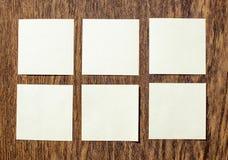 Etiquetas engomadas en la tabla de madera vieja de la tabla Fotos de archivo
