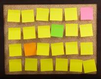 Etiquetas engomadas en tarjeta del corcho Foto de archivo libre de regalías