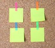 etiquetas engomadas en un fondo del corcho Fotos de archivo libres de regalías
