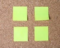 etiquetas engomadas en un fondo del corcho Imagenes de archivo