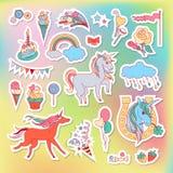 Etiquetas engomadas multicoloras del unicornio con el arco iris, el unicornio, la nube, la torta, los dulces, el helado y la band ilustración del vector