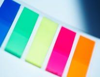 Etiquetas engomadas plásticas coloreadas foto de archivo libre de regalías