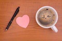 Etiquetas engomadas, pluma y café Fotos de archivo libres de regalías