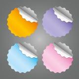 Etiquetas engomadas redondas en blanco coloreadas - ejemplo del vector ilustración del vector