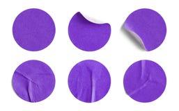 Etiquetas engomadas redondas púrpuras imagenes de archivo