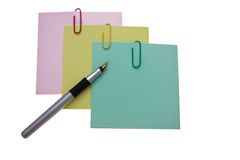 Etiquetas engomadas tricolores y una pluma de plata Fotos de archivo libres de regalías