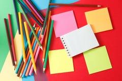 etiquetas engomadas y lápices fotografía de archivo