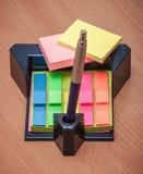 Etiquetas engomadas y pluma del soporte Fotos de archivo