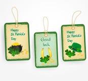 Etiquetas felizes com símbolos do dia de Patrick - chapéu verde, ferradura afortunada, folhas do trevo, moedas e potenciômetro do Imagem de Stock Royalty Free