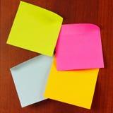 etiquetas Multi-coloridas na placa de madeira da observação Fotos de Stock Royalty Free